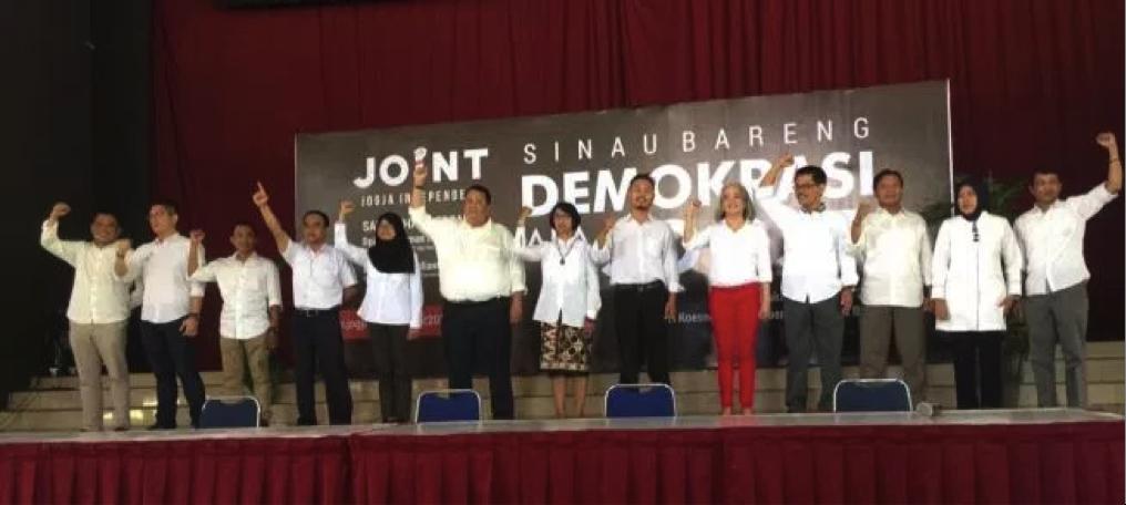 Deklarasi 15 kandidat calon walikota dari Joint dalam Konvensi Sinau Bareng Demokrasi ala Jogja pada Minggu (3/04) di PKKH UGM.