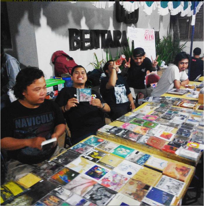 Anggota Jogja Records Store Club saat kegiatan Records Store Day Yogyakarta 2015, Sabtu (17-09) di Bentara Budaya Kompas, Yogyakarta