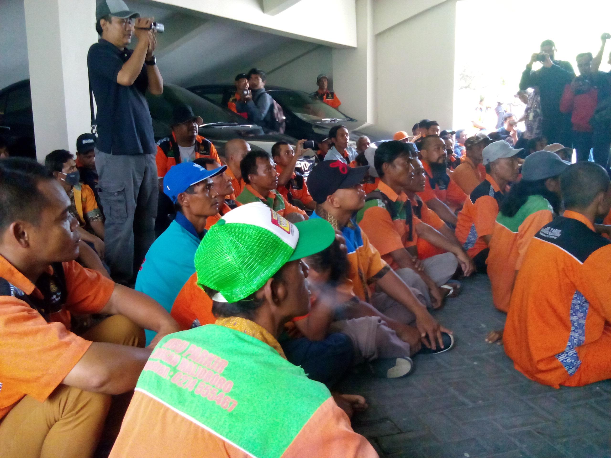 Jukir Malioboro berdemo di Balai Kota pada akhir Maret silam, meminta penangguhan relokasi parkir hingga satu tahun.