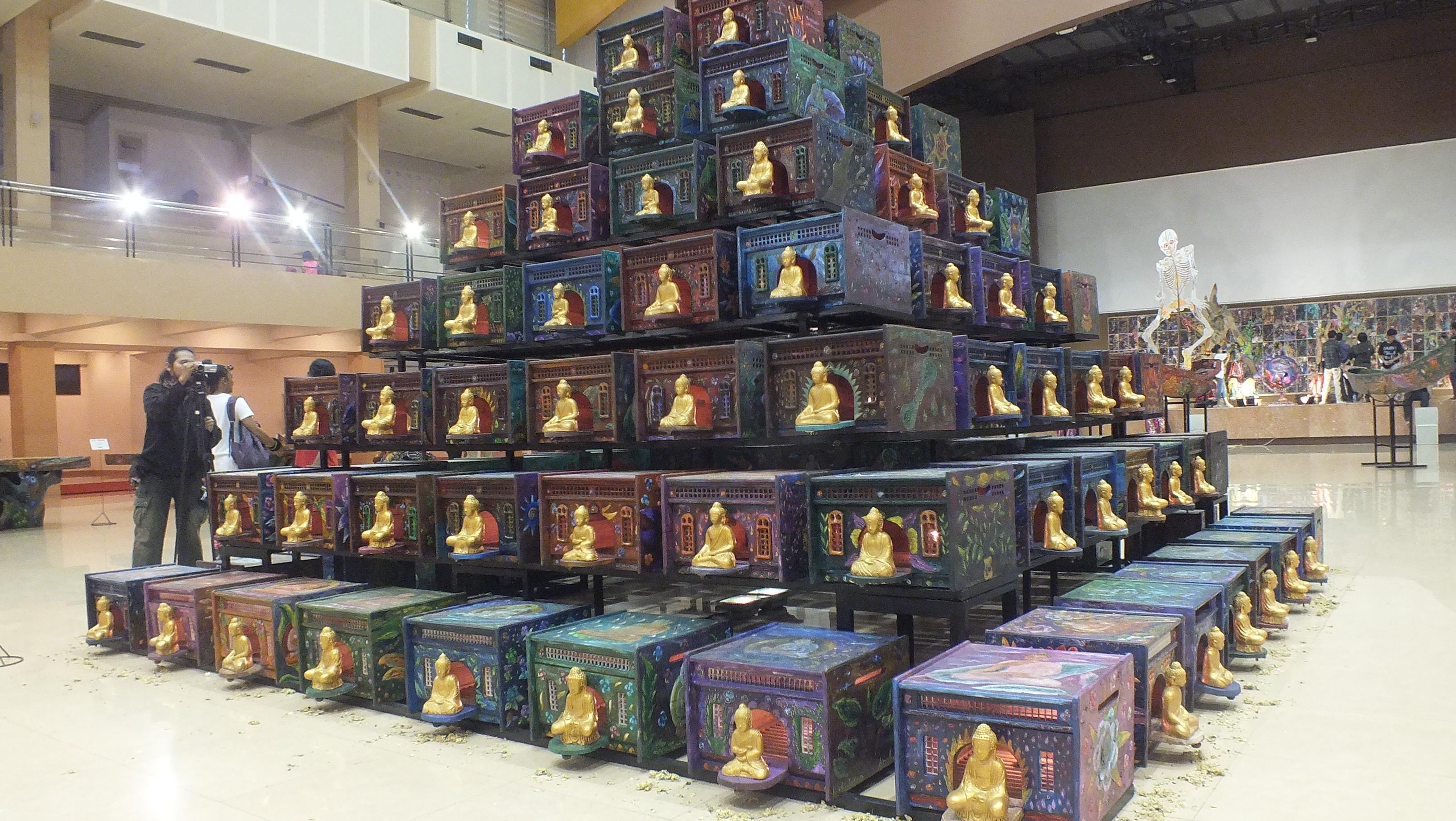 Pagupon (rumah merpati) sebanyak 113 buah disusun menyerupai Candi Borobudur dengan tinggi 7 meter karya Nasirun menjadi pusat perhatian pameran di bagian dalam gedung Sportorium UMY