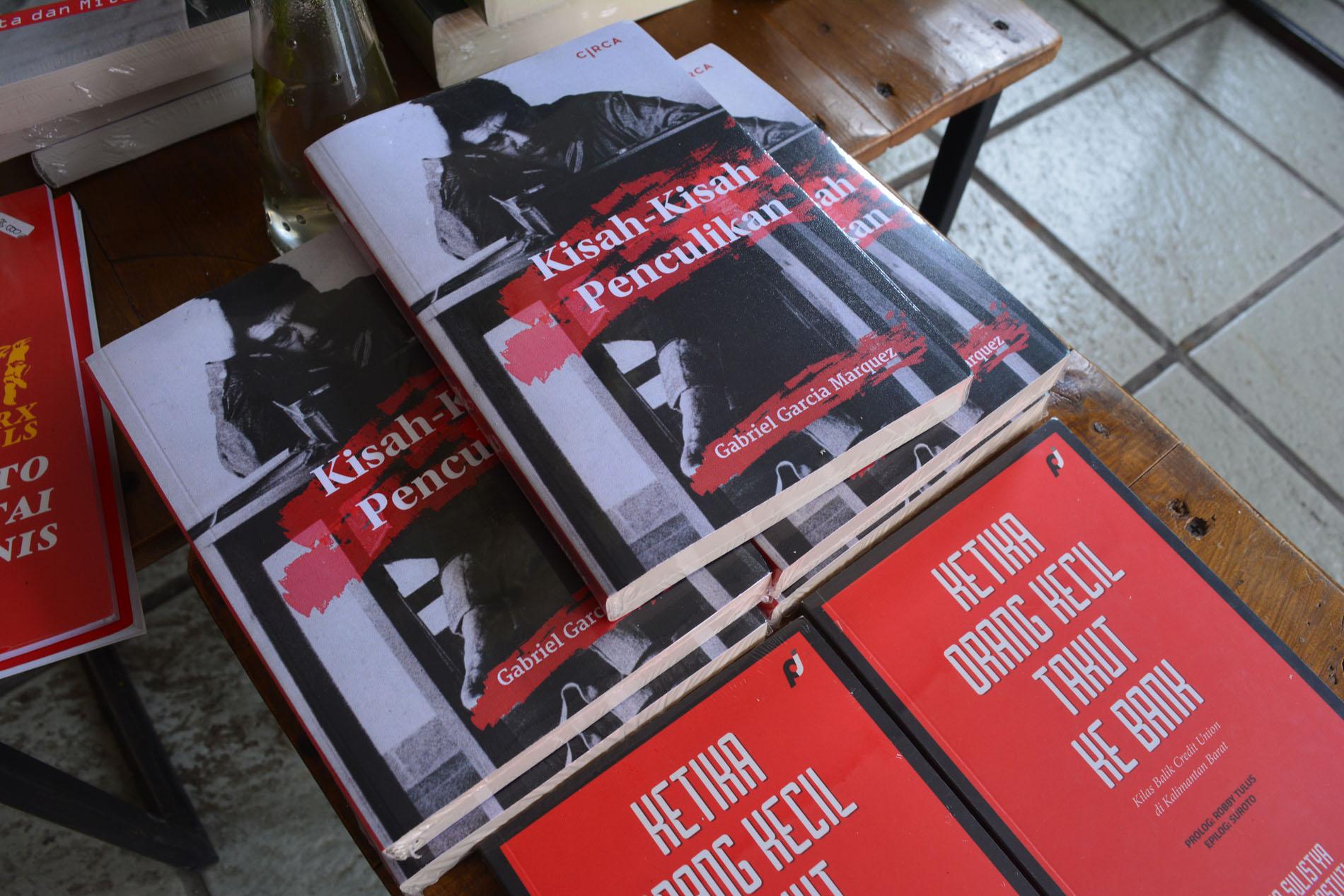 Di Indonesia, Gabo lebih dikenal sebagai sastrawan ketimbang jurnalis, terutama berkat novel Seratus Tahun Kesunyian. Kisah Kisah Penculikan (News of Kidnapping) adalah naskah nonfiksi ketiga yang diterbitkan setelah Caldas oleh LKiS (2002) dan Klandestin di Chile oleh Akubaca (2002). Buku ini dibahas pada salah satu sesi diskusi di Pekan Buku Indie #1, Rabu (1/6)