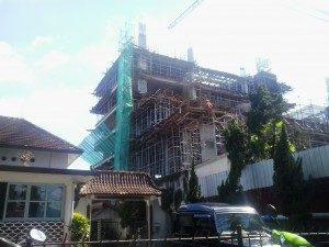 Pembangunan hotel di daerah Jalan Sudirman (dekat Gramedia). Hotel berlantai 8 ini dibangun tepat di sebelah Gereja Baptis Indonesia (GBI) Anugerah.