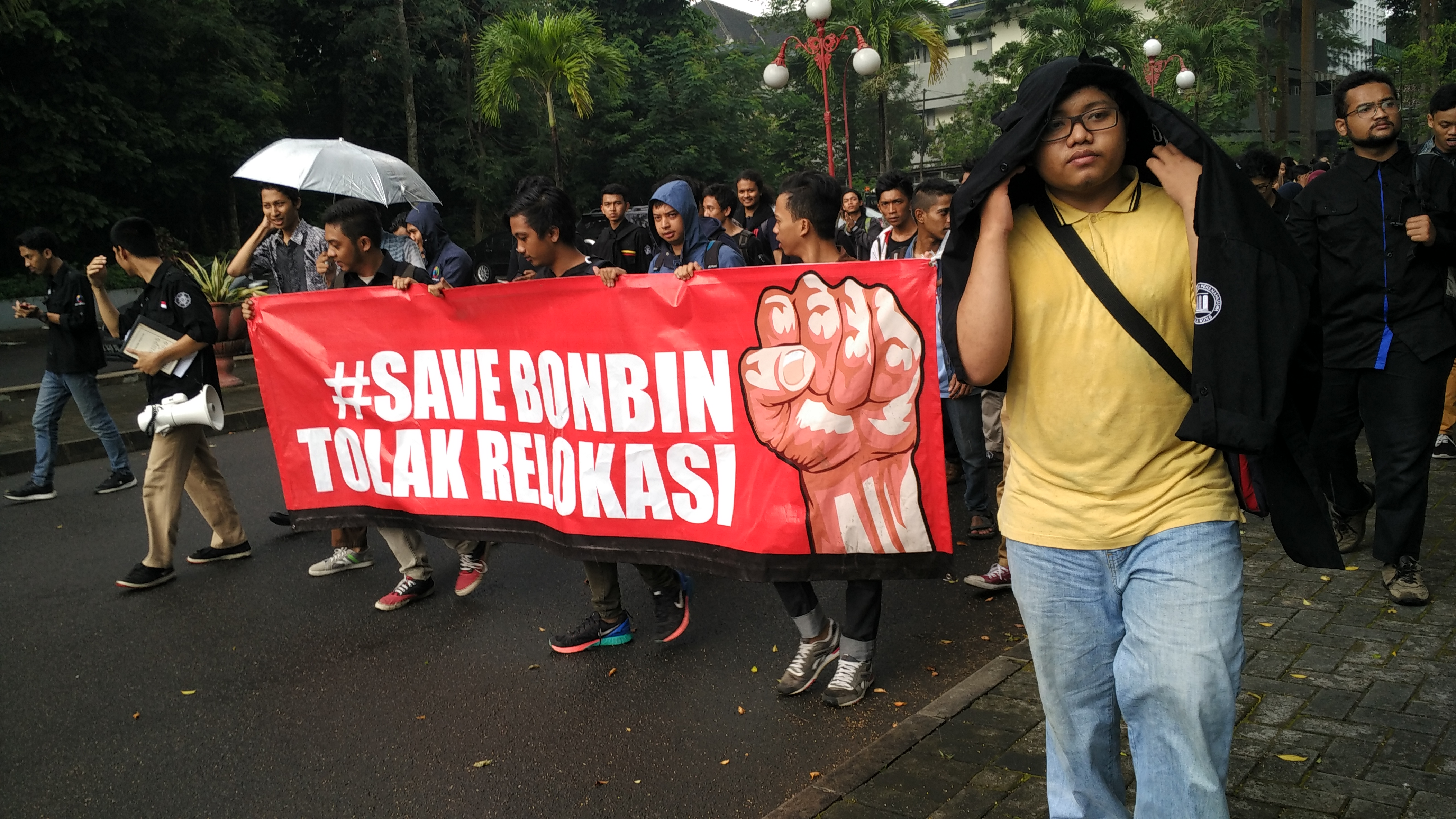 Gerakan Save Bonbin Movement berjalan menuju Gedung Pusat UGM untuk melakukan hearing dengan Rektor (11/4)