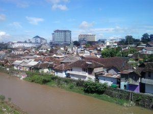 Pemukiman warga sekitar kali Code berdiri berimpitan dengan hotel-hotel baru di Jogja.