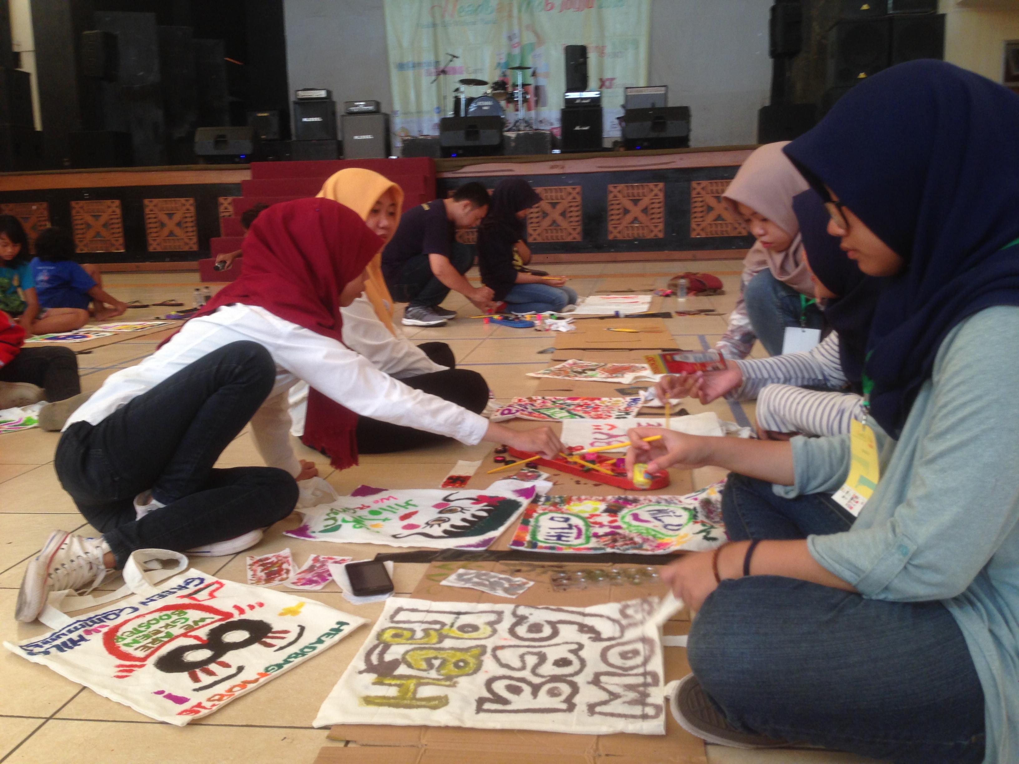Hilo Green Community Yogyakarta merumuskan paling tidak 2 kegiatan berbasis kebersihan dan kelestarian lingkungan setiap bulan. Weni T. Arfiyani