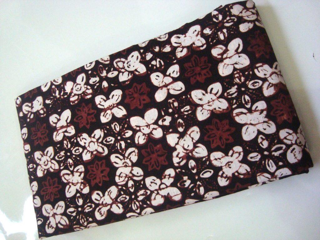 Corak warna grompol gaya Yogyakarta yakni perpaduan putih dan coklat  kehitaman. Sumber  http   bit.ly 2oI1vbP 99070f0ce8