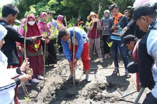 Merawat Lingkungan dengan Menanam Mangrove di Pantai Baros