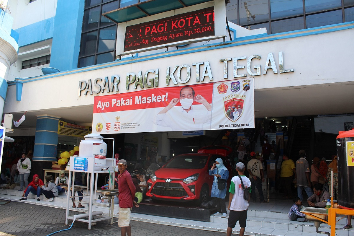 Halaman depan Pasar Pagi Kota Tegal ramai dipadati pengunjung dan tukang becak serta supir angkutan umum yang menunggu penumpang pada Minggu (15/11).