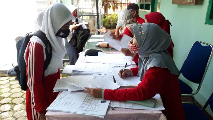 Kendala dan Solusi PJJ di Masa Pandemi, Sekolah Membagikan Modul